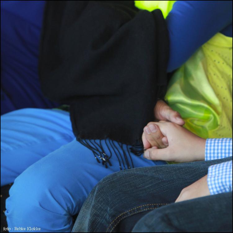 Foto kind houd hand vast van ouder.