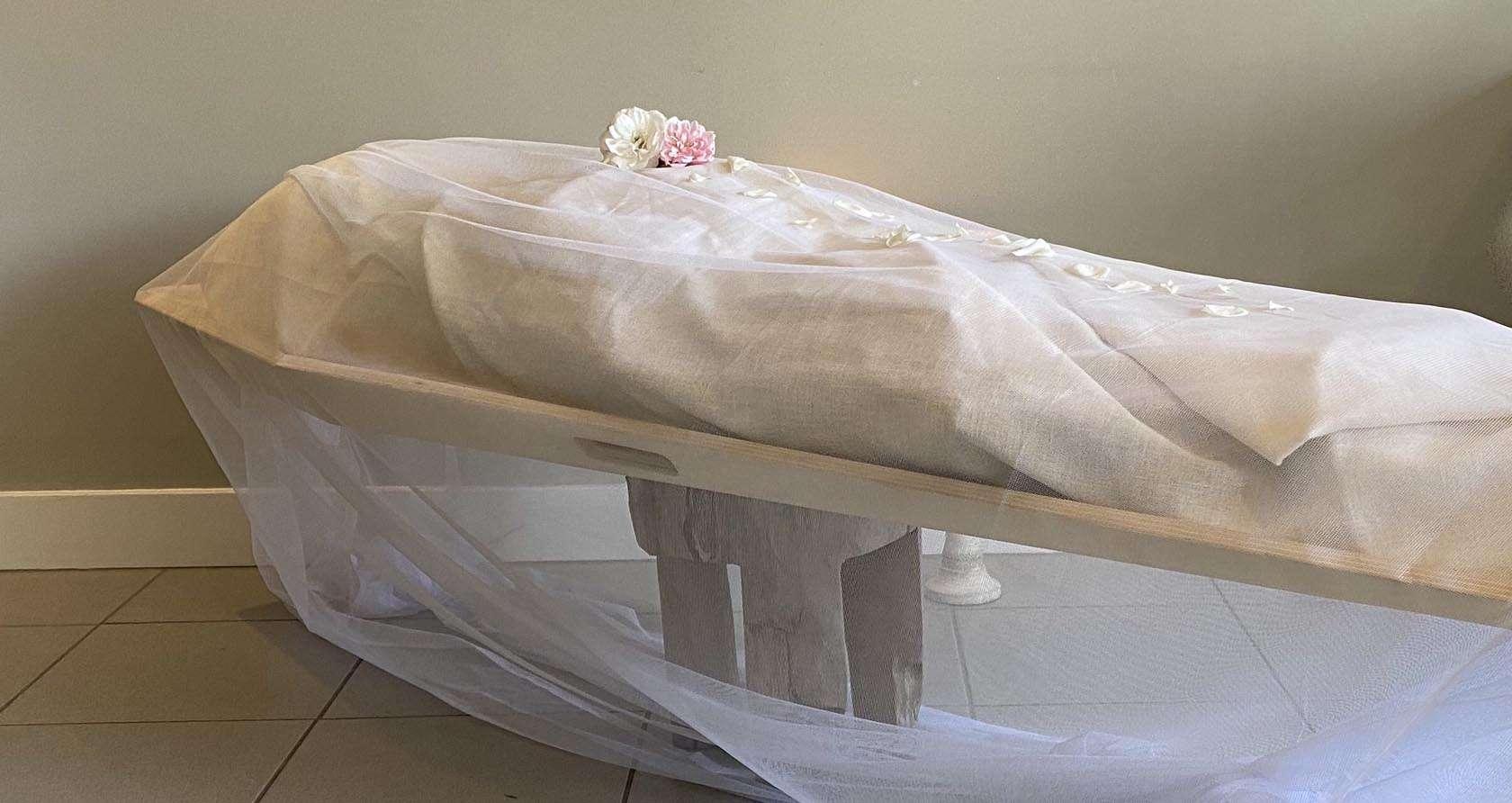 Na de verzorging lijkwade met witte voile.